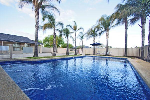 wyndhamere motel pool image
